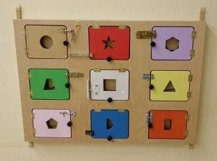 Декоративно-развивающая панель «Дверцы»